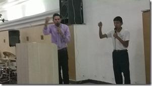 Palestrante Júnior Pereira ministrando palestra para Bolivianos e Peruanos